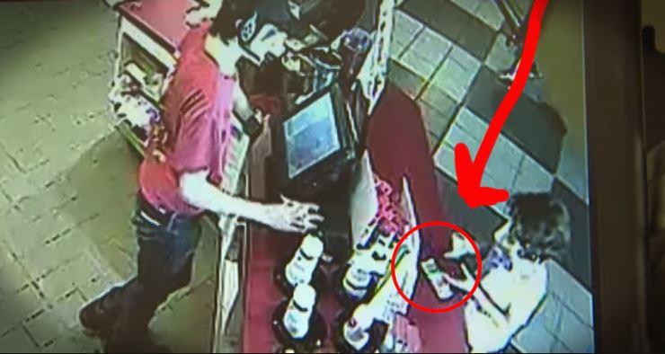 A pénztáros kifizeti a kisfiú fagyiját: kap egy névtelen üzenetet, és volt még valami a papírra tűzve