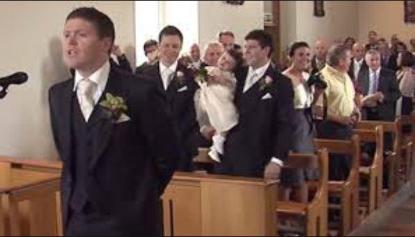 A vőlegény már az oltárnál áll és menyasszonyára vár. És hirtelen énekelni kezd: