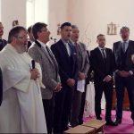 A pap hirtelen énekelni kezd. Ezután hatalmas erők szabadulnak el a templomban: