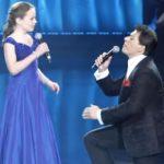 A férfi is gyönyörűen énekel, de amikor ez a 12 éves kislány rákezdi, a nézők varázslatos élmény tanúi lesznek:
