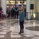 Ez a kedves lány fogta magát és kiállt a repülőtér közepére. Hamarosan köré gyűltek az emberek: