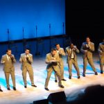 A tíz férfi elkezdi énekelni az örökzöld slágert, aztán mikor táncolnak és ugrálnak is hozzá, a közönség teljesen bevadul