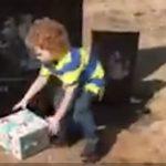 Nyolc hónappal édesapja halála után a kisfiú egy rejtélyes dobozra bukkan apukája sírján: