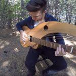 Százszor, százféleképp hallottuk már, de a különleges, 18 húros gitáron teljesen új értelmet nyer az ismert sláger