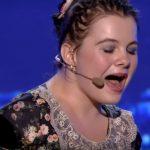 A lány gyönyörűen énekel, és zongorázik is hozzá, de nem a kezével