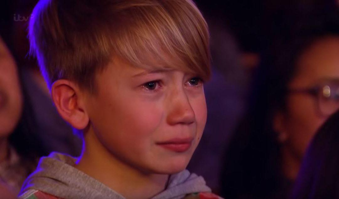 A zsűri elnémult, kisöccse könnyezett: szívét lelkét beletette dalába a 15 éves fiú