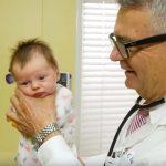 A kaliforniai gyermekorvos technikája, amivel pár pillanat alatt megnyugtathatsz egy síró babát