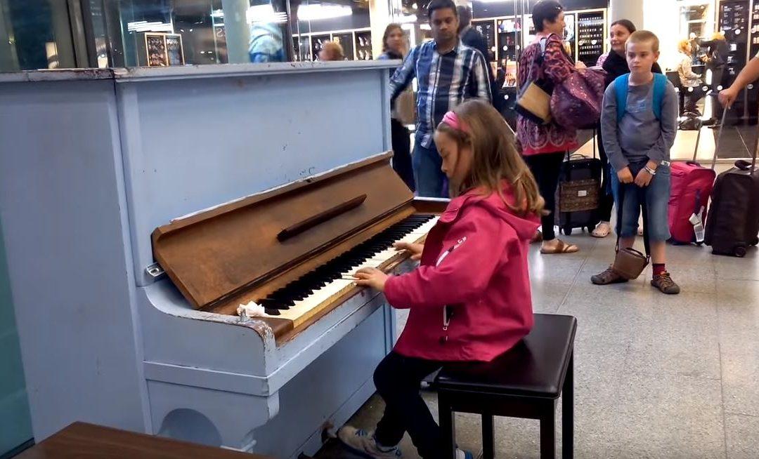 Ez a pöttöm kislány két világhírű dalt is eljátszott 3 perc alatt! A Für Elise és a Titanic főcímdala is felcsendült:
