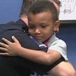 Az 5 éves fiú táblával a nyakában és zacskóval a kezében jelent meg az őrsön: a rendőrök tudták, különleges napjuk lesz