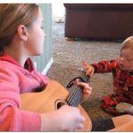 Szívmelengető módszerrel tanítja beszélni Down-szindrómás öccsét ez a kislány