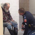 Rendőrt hívtak a hajléktalanra, mert nem akart kimenni a boltból: egy járókelő lefényképezte, mit tett a rendőr