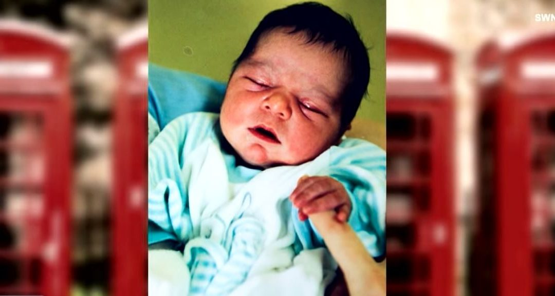 A férfi elhagyott kisbabára bukkan egy telefonfülkében: 22 évvel később megrázó üzenetet kap