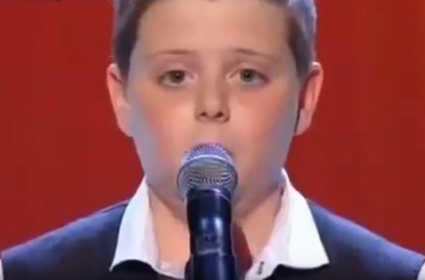 Kirázott a hideg: ez a kisfiú angyali hangon énekli a világ egyik legszebb dalát