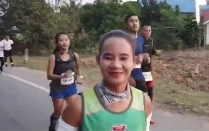 A maratonfutó verseny közben egy elhagyott, ijedt kiskutyát látott az úton: felvették, mit tett vele