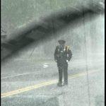A házaspár kocsijából egy rendőrnőt lát a szakadó esőben állni: fontos oka volt, hogy egy tapodtat sem mozdult