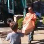 Az autista kisfiú mindig csodálattal nézte, ahogy kiürítik a kukákat: mígnem az egyik dolgozó egy szatyorral megindult felé