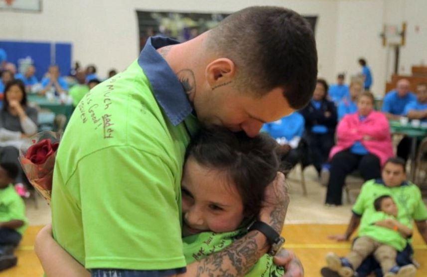 Videó készült a szívszorító pillanatokról, mikor börtönben lévő apák végre magukhoz ölelhették gyermekeiket