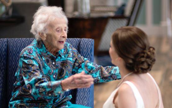 A csodaszép menyasszony titokban elvitte esküvői ruháját 102 éves nagymamájához, hogy teljesítse utolsó kívánságát