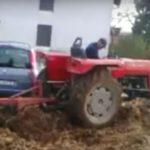 A farmernek elege lett, hogy az autósok folyton a földjére parkoltak: durván móresre tanította őket