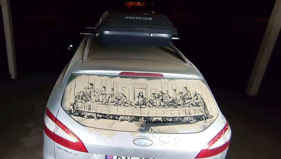 Belepte a por a hátsó szélvédőjét, úgy döntött, rajzol rá valamit: mondjuk da Vinci Utolsó vacsoráját