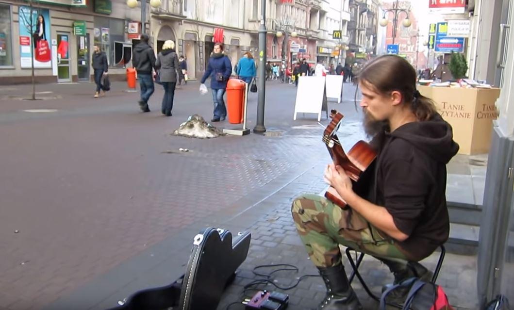 Első látásra hajléktalannak tűnt, aztán meghallottam, mit művel a gitárjával: és jött a libabőr