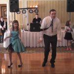 Az apa le akar vonulni a pörgősebb szám előtt, végül kötélnek áll és óriási táncot mutat be kislányával