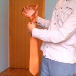 Ez a videó téged is megtanít nyakkendőt kötni, mindössze 10 másodperc alatt