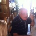 A családja a legtökéletesebb ajándékkal csal könnyeket az özvegyen maradt nagypapa szemébe