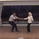 A férfiak sorban állnak a 90 éves nagyi kegyeiért, ő pedig példát mutat nekik tánctudásból és életszeretetből