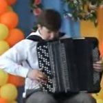 Amit ez a fiatal fiú művel a harmonikával, azt csak nagyon kevesen tudják: káprázatos hangokat csalogat elő