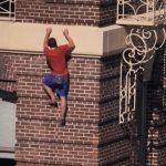 Mintha csak ő lenne a Pókember: tériszony és félelemérzet nélkül mászik a hatalmas házak falára, videó készült róla