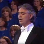 Andrea Bocelli egy csodálatos imát énekel, amivel a nézőkön kívül még a híres kórus tagjait is elvarázsolja
