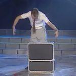 Egy bőrönddel állt színpadra, ám az igazi mágia akkor következett, mikor elővette a kellékeit