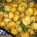 Köretként és önálló fogásként is kitűnő választás ez a fenséges, fokhagymás-fűszeres burgonyás étel