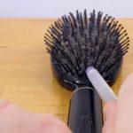 Videón a módszer, amivel egy perc alatt megtisztíthatod hajkefédet, fésűidet