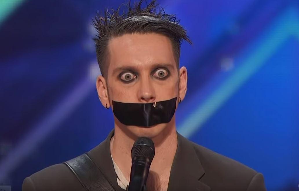 Ragasztószalaggal a száján állt mikrofon elé: a zsűri csak nézett, hogy akkor most mi van, aztán beindult a gépezet