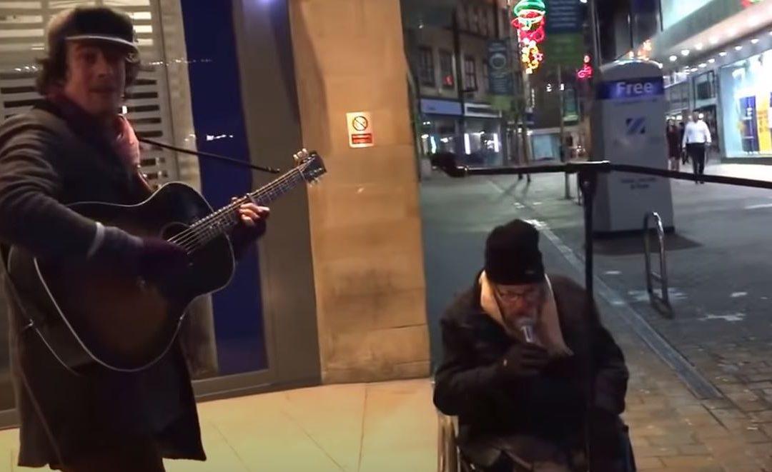 Az utcazenész habozás nélkül megengedi a hajléktalan férfinak, hogy beszálljon az éneklésbe: milyen jól tette