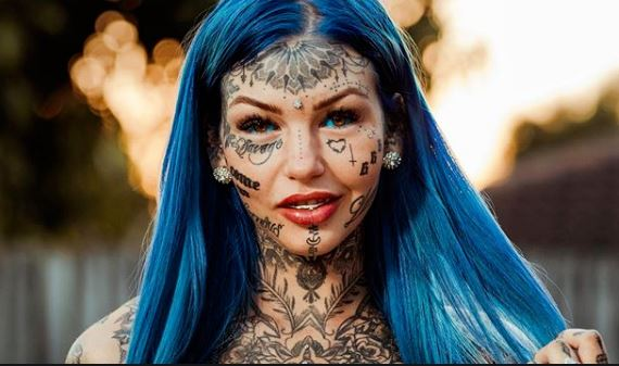 A lány testét 600 tetoválás fedi: egy különleges eljárással eltüntették arcáról a tetkókat, mikor meglátta magát, sírva fakadt