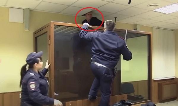 A plafonon át akart elszökni a bírósági tárgyalásra érkezett rab: videóra vették, mi lett az akció vége