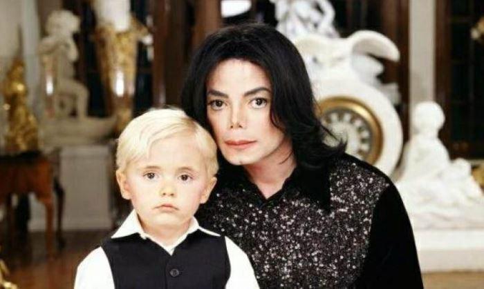 A szőke kissrácból jóképű barna pasi lett: Michael Jackson 23 éves fia nem hivalkodik a vagyonával, egyszerű életet él