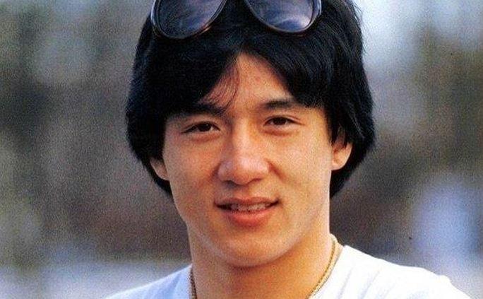 Mi simán elmennénk mellette az utcán: így néz ki most a 66 éves Jackie Chan, te tudnád a képek láttán, hogy ő az?
