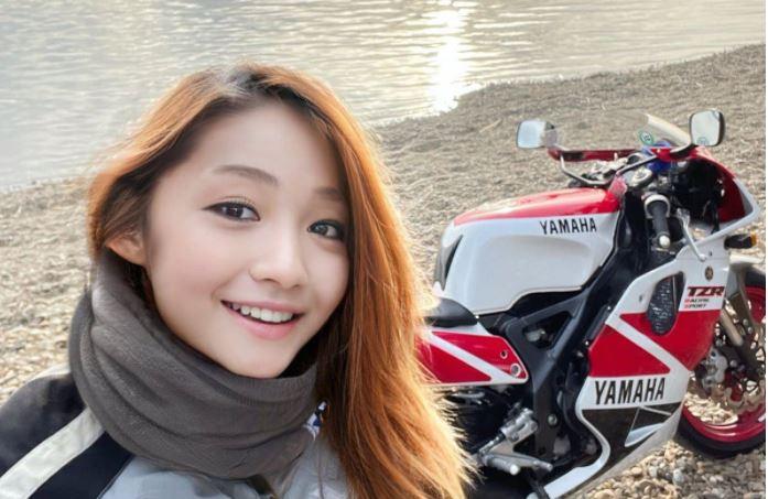 Az egész világot lóvá tette ez a csinos motoros lány, mígnem egy tükör lebuktatta és kiderült, ki is ő valójában