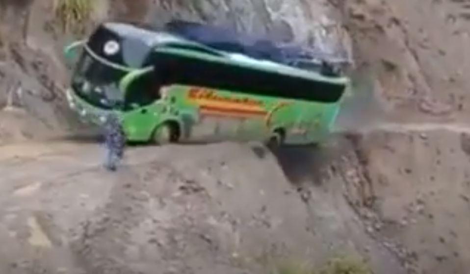 Hajmeresztő manővert hajtott végre a felelőtlen buszsofőr: a kisfilm megtekintése közben tövig rágtuk a körmünket