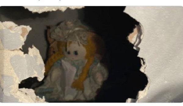 Fel akarta újítani a konyhát, holtsápadt lett, mikor ezt a babát találta a falban